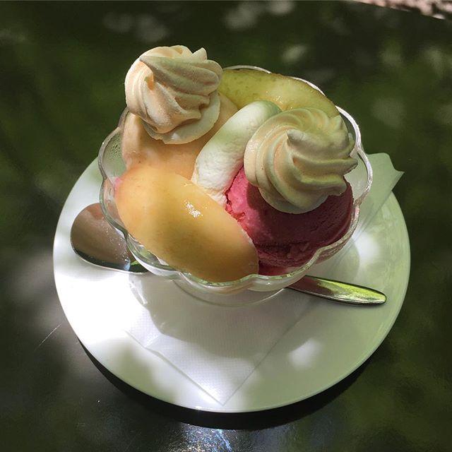フラベドのニューカマー「ビーツと桃のヴァジュラン」。ほんのりと土の香りのするビーツのアイスクリーム、桃とハニーローザのソルベ、サクサクとしたメレンゲで構成されたデザートです。意外な組み合わせ?ぜひ一度お試しください。