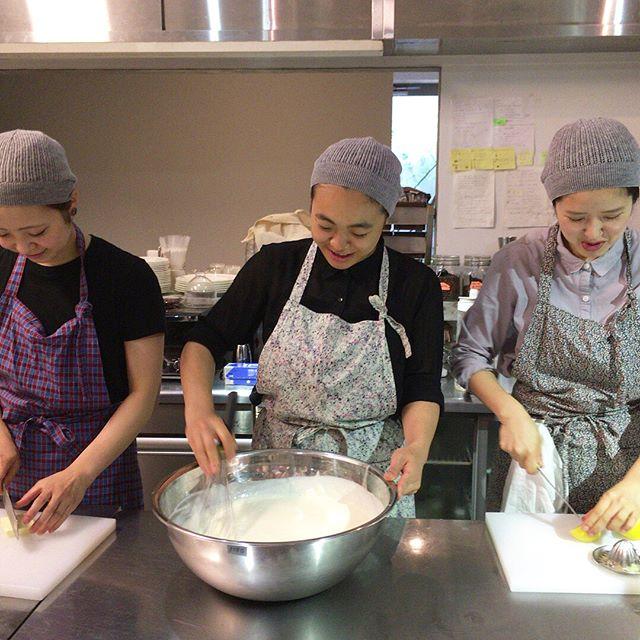 今週末はフラベドのスタッフもエプロン姿。本日から7/16まで、熊本で初となるエプロン商会の展示販売をしています。着けるだけで毎日の料理が楽しくなる特別なエプロン。是非手にとってご覧くださいませ。