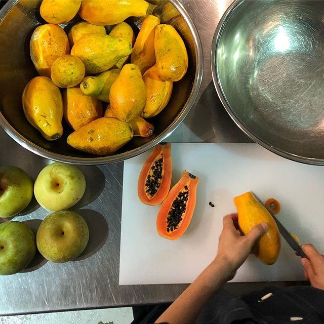 本日フラベドはお休みをいただいて、ジャムを共同開発している田中博子さんと新しいジャムの試作をしています。イチジクやパパイヤ、ブドウや梨など夏の終わりから秋にかけての果物でどんなジャムができるのか。ご期待ください。