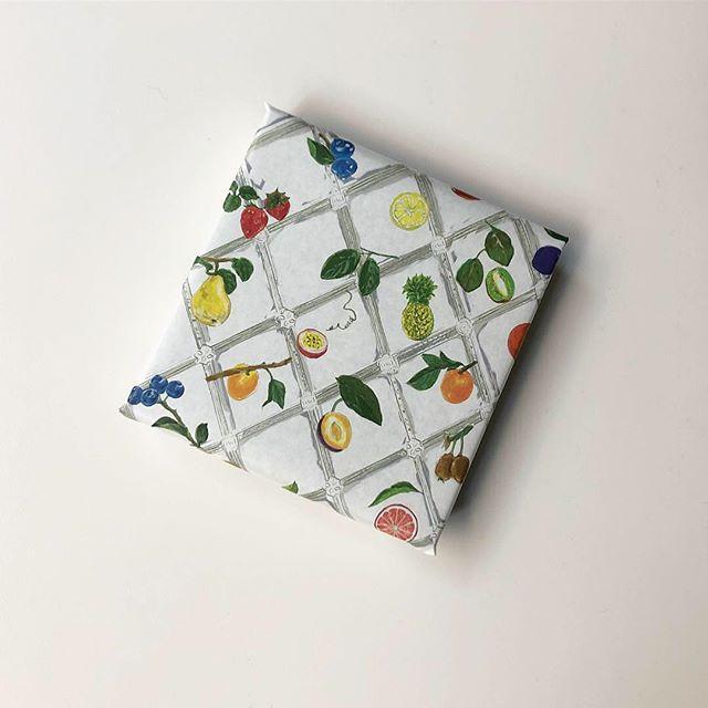 熊本の果物やハーブでお作りしたフラベドのパートドフリュイ。使用したフルーツがモチーフの包装紙でお包みしました。エンベロープオンラインショップでお買い求めいただけます。ぜひお試しくださいませ。