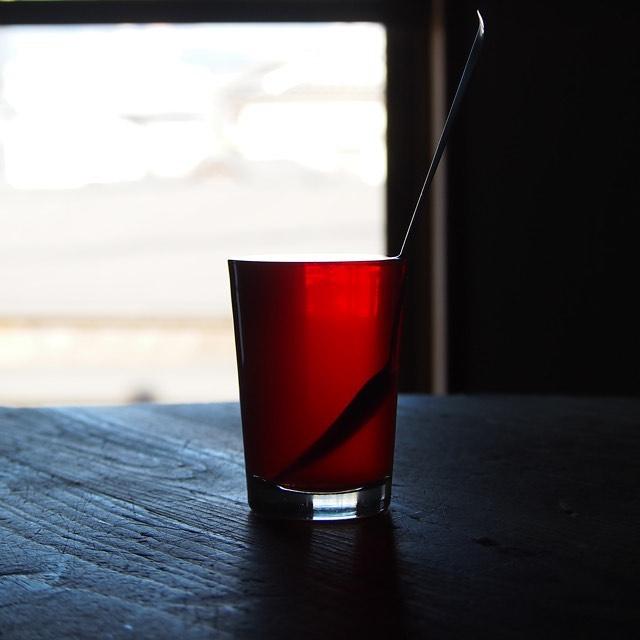 檸檬喫茶ティーメニュウのご案内 レモンティーシンプルな紅茶にレモン。ノシタルジックな味を。私達が小さな頃の紅茶はレモンティーから始まったことを忘れないようにしています。 レモンティーショットくり抜いたレモンをコップにして甘くほろ苦いレモンティーを。行ったことない砂漠の国の街角でおじさん達が飲んでそうなレモンティー。 赤いレモンティーteteriaの「ROUGE CINNAMON」にハチミツとレモンのシロップを加え赤いハーブスパイスレモンティーに。ハイビスカス、シナモン、ラベンダー、アニスをレモンで束ねます。レモンミルクティー爽やかなレモンの香りをミルクティーで。牛乳にレモンを加えると凝固してしまう為あまりポピュラーではありませんが、ミルクティー好きには知られたメニューをテテリア的な楽しみ方で。メニューを見るだけでワクワクしますね。冷えた身体を芯から温めるレモンティーのラインナップ。新しい紅茶の美味しさを発見できるかもしれません。檸檬喫茶12月8日(日)12:00〜18:00二子玉川SHEDにてエプロン商会の展示販売会は12月6日から8日の3日間開催です。